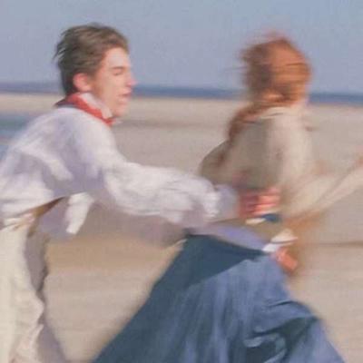 奔跑在海边的情侣头像一男一女