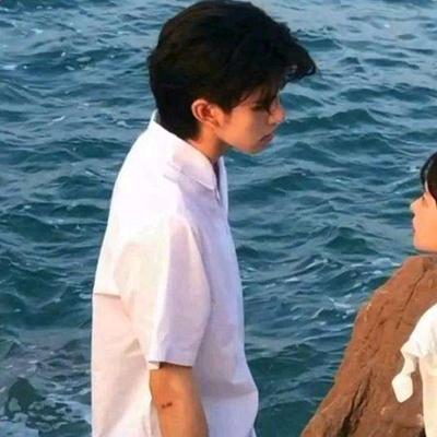 海边情侣头像一人一半 看海
