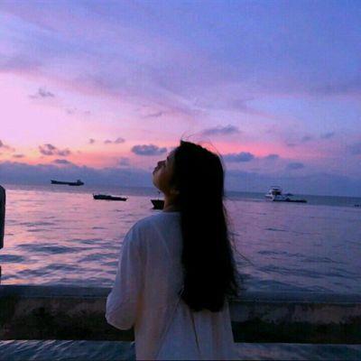 海边日落背影女生头像