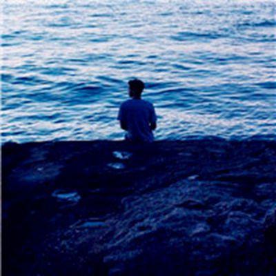 海边男生背影的微信头像