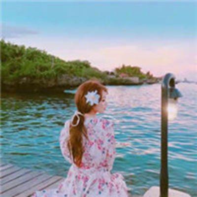 一个人坐海边背影女生图片头像