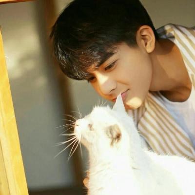 男生抱猫抱狗狗头像高清图片